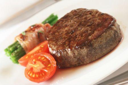 T-Bone-Steaks mit Speckfisolen