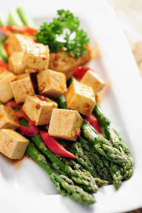 gekochter spargel mit mariniertem tofu rezept. Black Bedroom Furniture Sets. Home Design Ideas