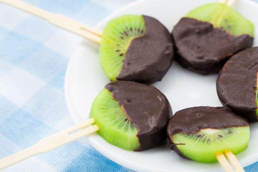 kiwi lollies mit schokoguss rezept. Black Bedroom Furniture Sets. Home Design Ideas