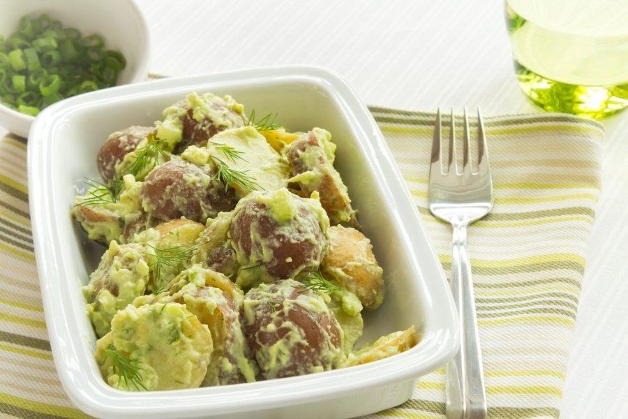 kartoffel avocado salat mit sauerrahm dressing rezept. Black Bedroom Furniture Sets. Home Design Ideas