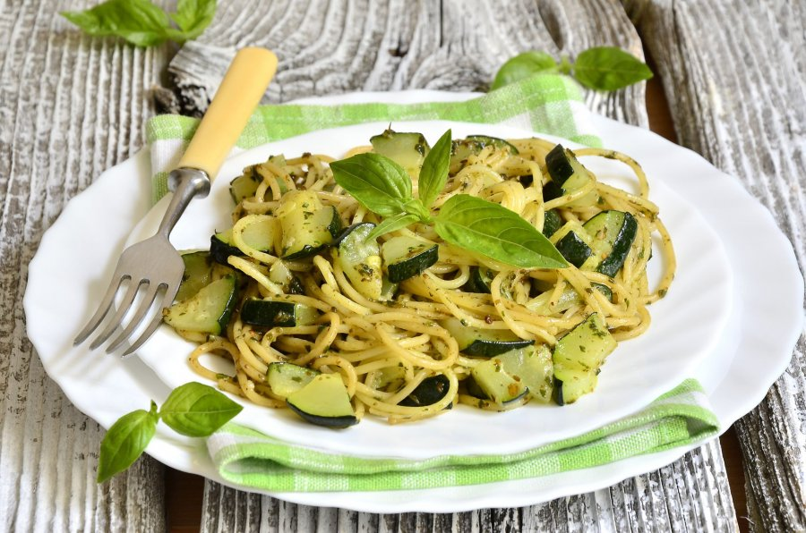low carb spaghetti mit knackigen zucchini rezept. Black Bedroom Furniture Sets. Home Design Ideas